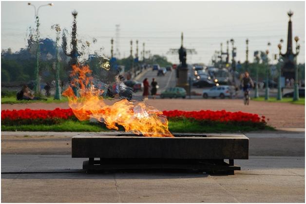 В Петербурге 27-летняя кощунья, погасившая Вечный огонь на Марсовом поле, отделалась лёгким испугом