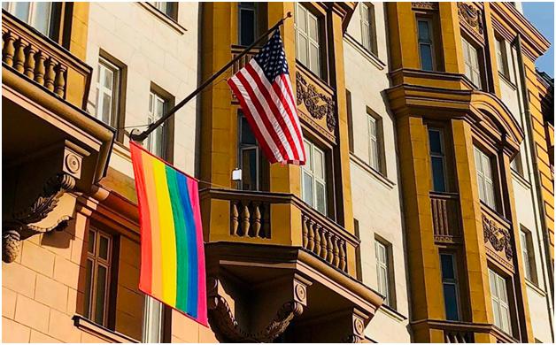 Российский МИД протестует против радужного флага на посольствах в Москве