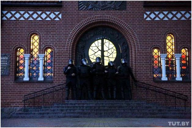 Белорусские каратели расправились над мирными манифестантами в костёле