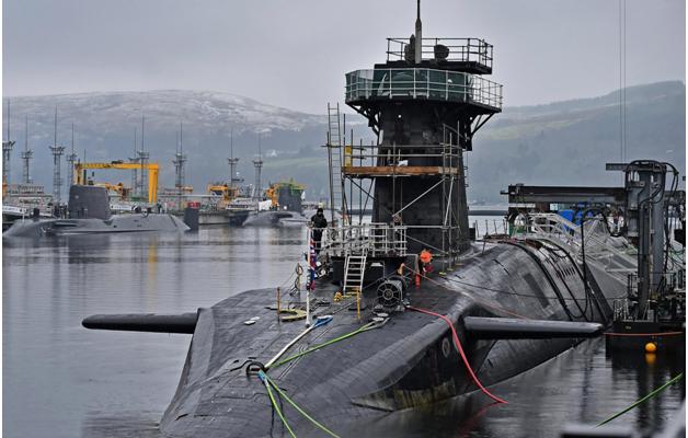 Британский офицер-подводник явился на выгрузку ядерных ракет пьяным и с жареной курицей в кармане