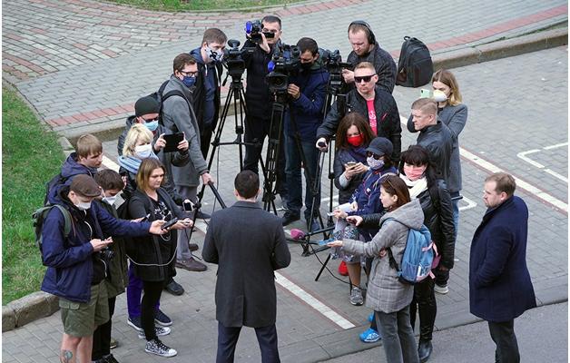 Губернатор Алиханов, поздравляя журналистов, поделил их на угодных и неугодных